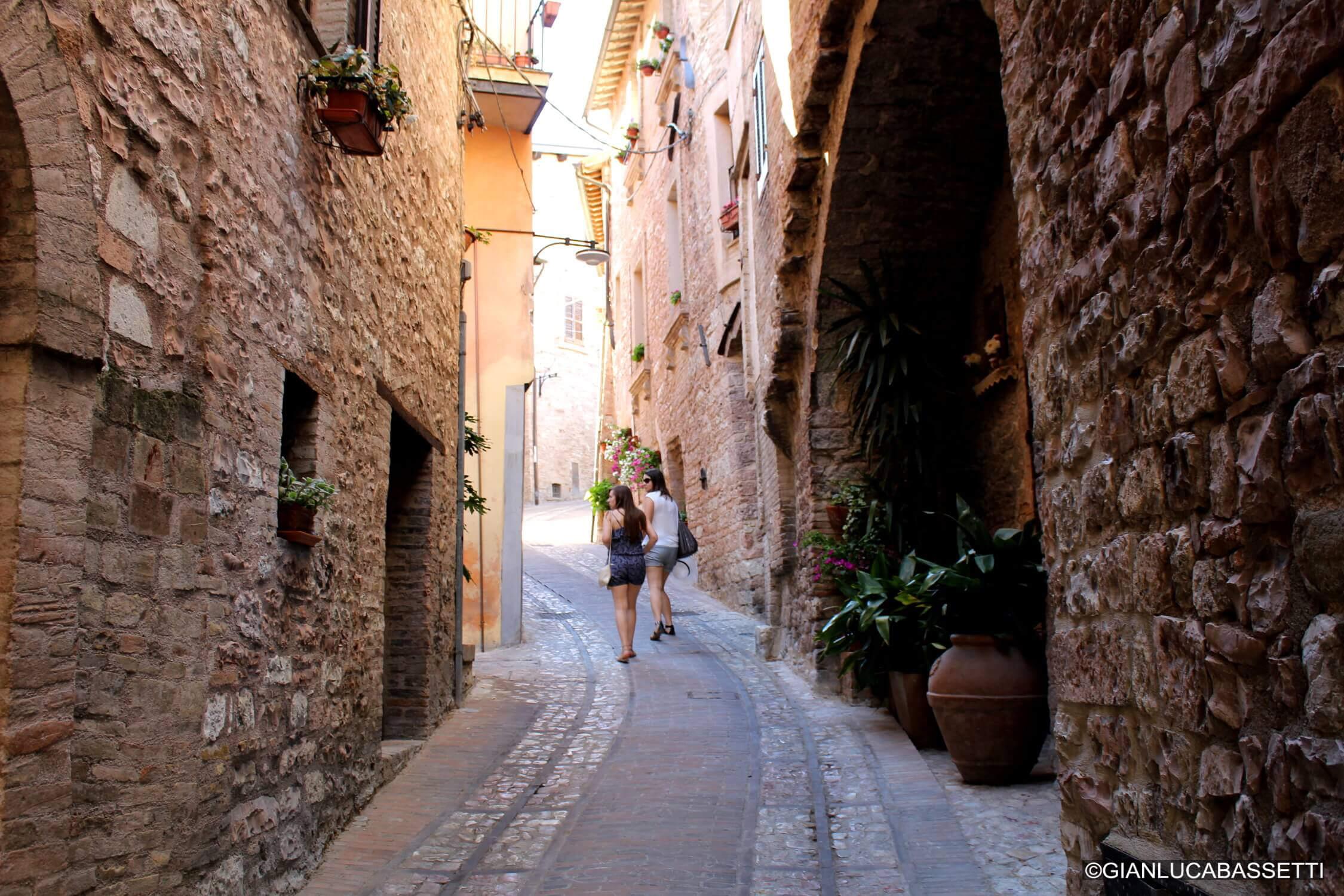 uliczka we włoszech spello umbria