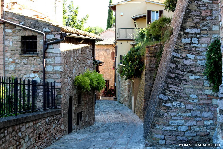 wąska uliczka we włoszech spello